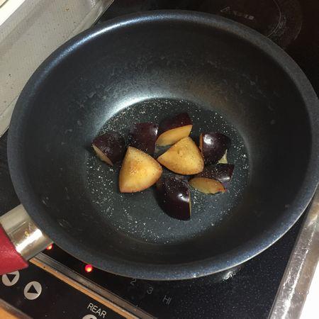 プラムを炒りつける