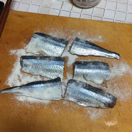 サンマに塩コショウ、小麦粉を