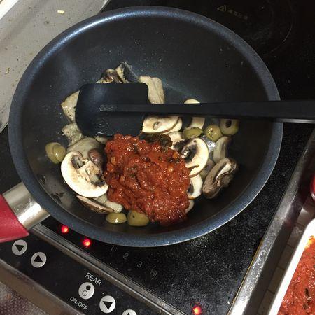 トマトソースを加える