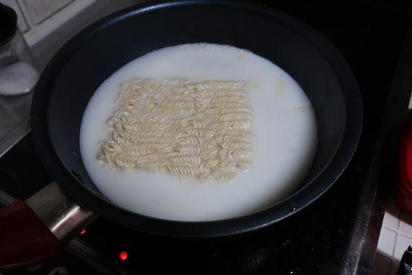 牛乳を入れて麺をゆでる