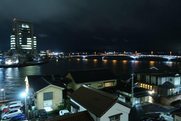 窓から見える夜の宍道湖