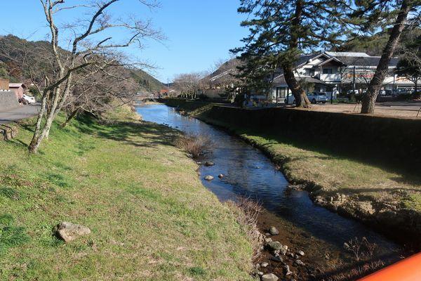 熊野大社前の川