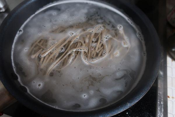 蕎麦を茹でる