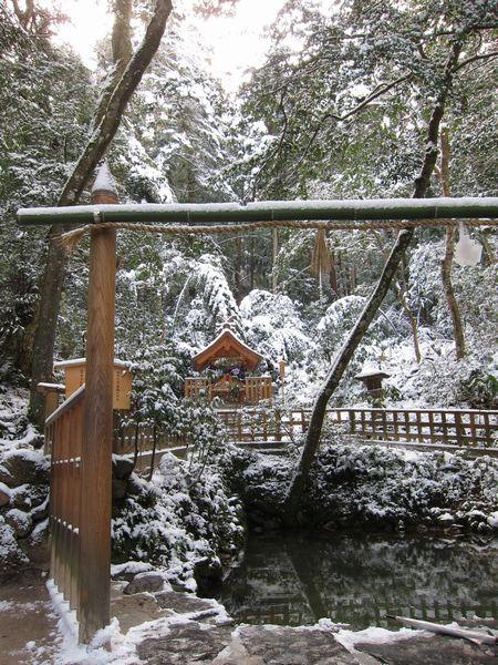 雪の鏡の池