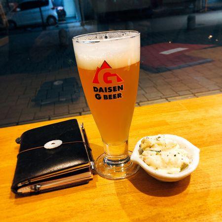 突き出しととりあえず一杯の地ビールで乾杯