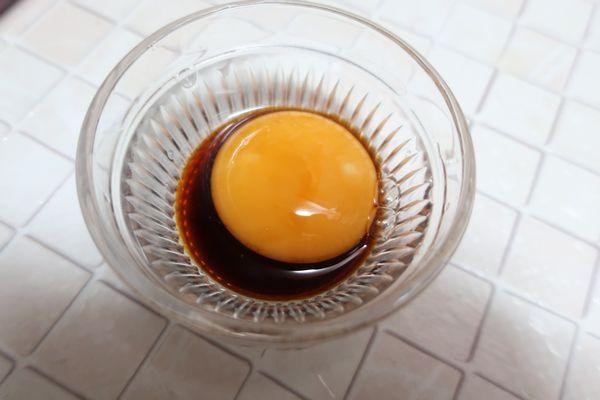 卵黄を濃縮つゆに浸ける